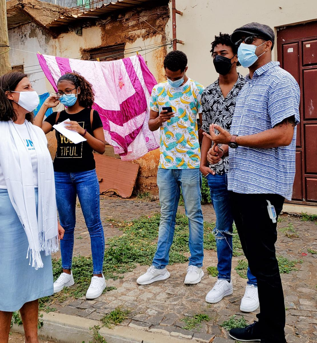 La Coordonnatrice résidente Ana Patricia Graça s'entretient avec de jeunes artistes.