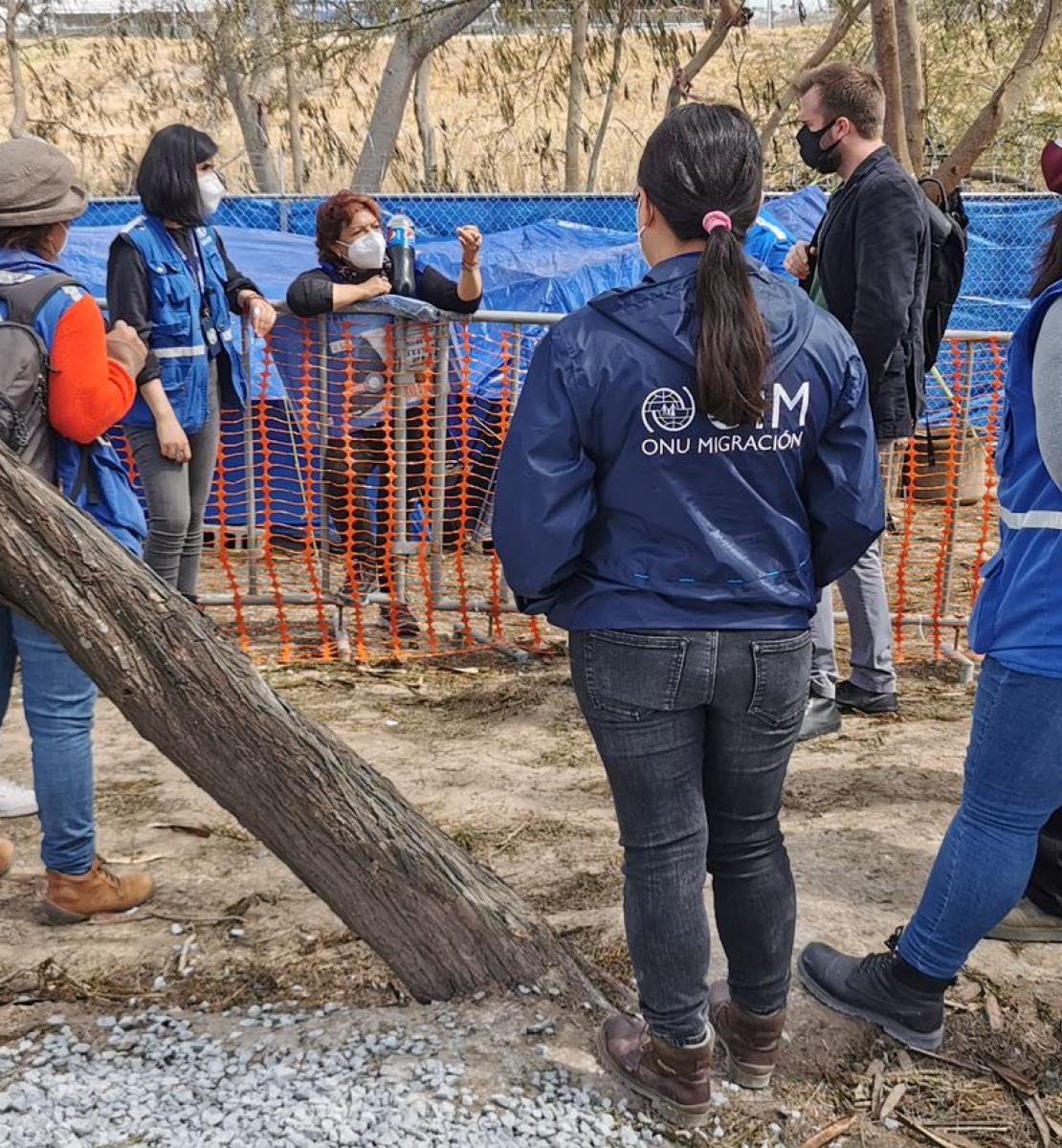 Hombres y mujeres en una reunión sobre el terreno para preparar a las personas y familias que viven en el campo informal de Matamorosm México, para su entrada en EE UU.