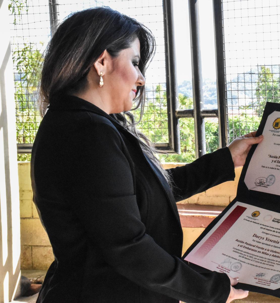 一个穿着黑色夹克的黑发女人看着她的证词。