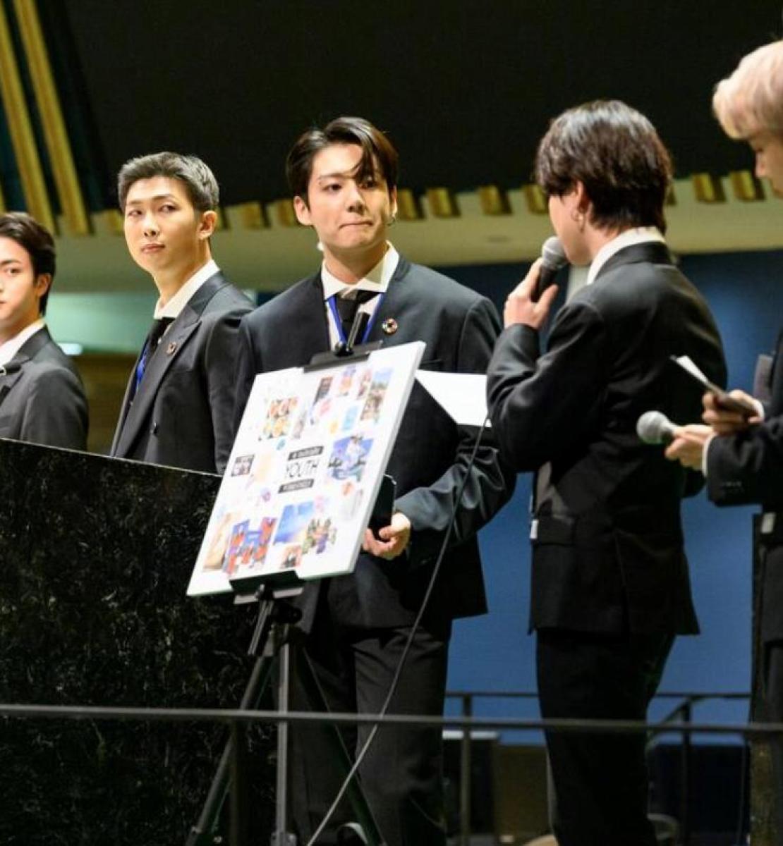 Siete miembros de BTS, una banda de K-pop, vestidos de traje, hablan en la Asamblea General.
