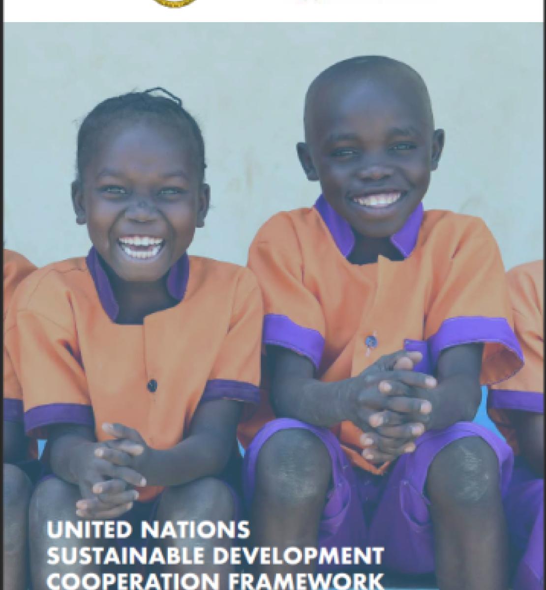 يُظهر الغلاف طفلين مبتسمين يرتديان الزي المدرسي يجلسان أمام الكاميرا، العنوان في أسفل الصفحة، وشعار الحكومة وفريق الأمم المتحدة القطري في الأعلى.